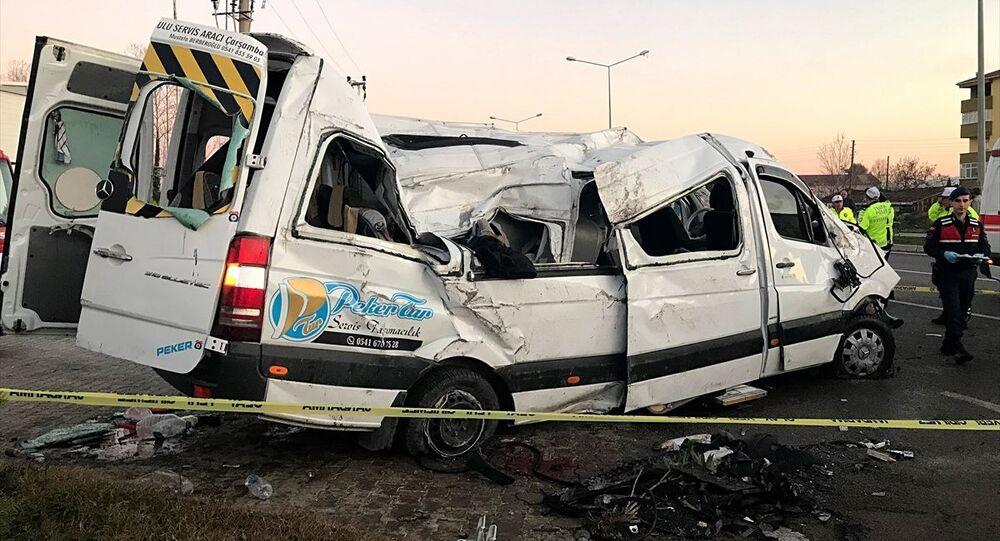 Samsun'un Çarşamba ilçesinde öğrenci servisi önce otomobile ardından aydınlatma direğine çarptı