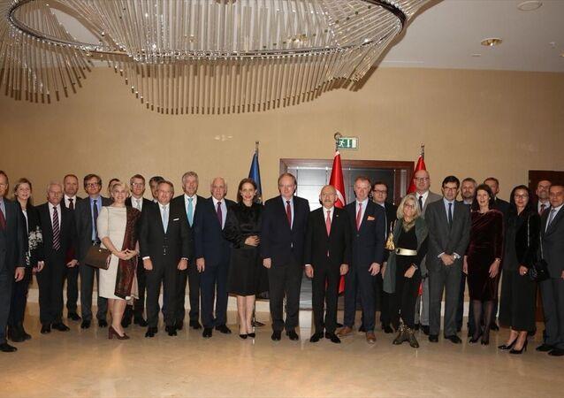 CHP Genel Başkanı Kemal Kılıçdaroğlu, Avrupa Birliği (AB) Türkiye Delegasyonu Başkanı Büyükelçi Christian Berger ve AB üyesi ülkelerin büyükelçileri ile bir araya geldi.