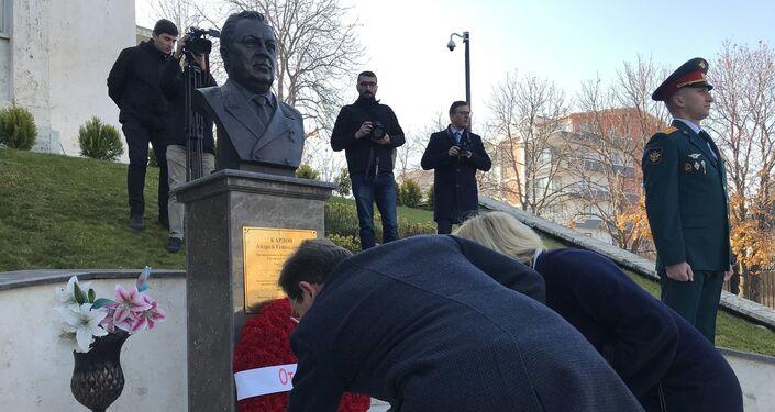 Törende, Büyükelçilik bahçesinde yer alan Andrey Karlov anıtına çelenk konulurken, Büyükelçi Yerhov ve anma etkinliğine katılanlar da anıta karanfiller bıraktı.