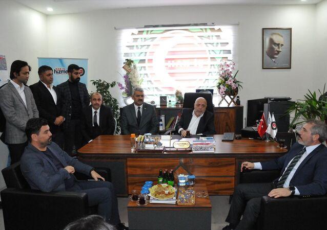 Hak-İş Konfederasyonu Genel Başkanı Mahmut Arslan (sağ), Hak-İş ve Hizmet-İş Sendikası Mardin İl Başkanlığını ziyaret ederek, bölgedeki sendika temsilcileriyle bir araya geldi.