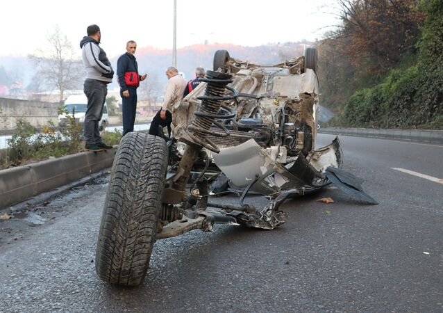 Zonguldak'ta kontrolden çıkan otomobil takla atıp metrelerce sürüklendi. Sürücü adeta parçalara ayrılan otomobilden yara almadan kurtuldu.