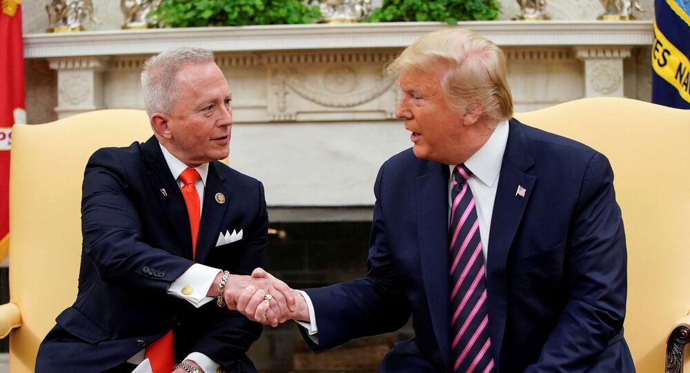 ABD Başkanı Donald Trump, Başkan Yardımcısı Mike Pence, Temsilciler Meclisi Azınlık Lideri Kevin McCarthy, Van Drew ve yönetimden birçok kişinin katılımıyla Oval Ofis'te gazetecilerin karşısına çıktı.