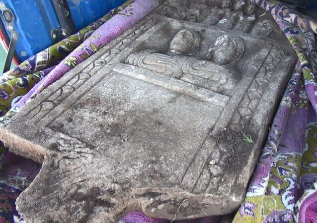 Kütahya'nın Altıntaş ilçesine bağlı Mecidiye Mahallesi'nde traktörle tarlasını süren Ramazan Akdağ'ın pulluğuna bir taş takıldı. Akdağ'ın ihbarı üzerine gelen jandarma ekiplerince bölgede inceleme yapılırken, Müze Müdürlüğü görevlileri taşın M.S. 200'lü yıllardaki Roma dönemine ait kamalı ve insan figürleri olan özel bir mezar taşı olduğunu belirledi.