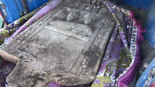 Kütahya'nın Altıntaş ilçesine bağlı Mecidiye Mahallesi'nde traktörle tarlasını süren Ramazan Akdağ'ın pulluğuna bir taş takıldı. Akdağ'ın ihbarı üzerine gelen jandarma ekiplerince bölgede inceleme yapılırken, Müze Müdürlüğü görevlileri taşın M.S. 200'lü yıllardaki Roma dönemine ait kamalı ve insan figürleri olan özel bir mezar taşı olduğunu belirledi.  - Sputnik Türkiye