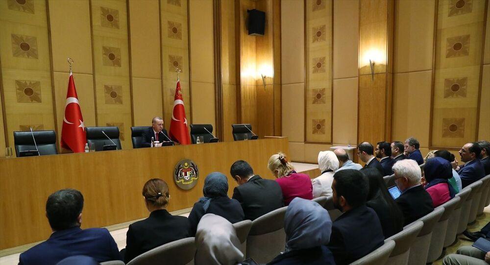 Türkiye Cumhurbaşkanı Recep Tayyip Erdoğan, Malezya'da düzenlenen 2019 Kuala Lumpur Zirvesi kapsamında gazetecilerle bir araya geldi.