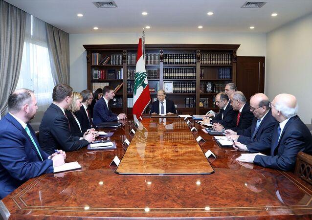 Lübnan Cumhurbaşkanı Mişel Avn (ortada), ABD Dışişleri Bakanlığı Müsteşar Yardımcısı David Hale'i (sol 5) başkent Beyrut'taki Baabda Cumhurbaşkanlığı Sarayı'nda kabul etti.