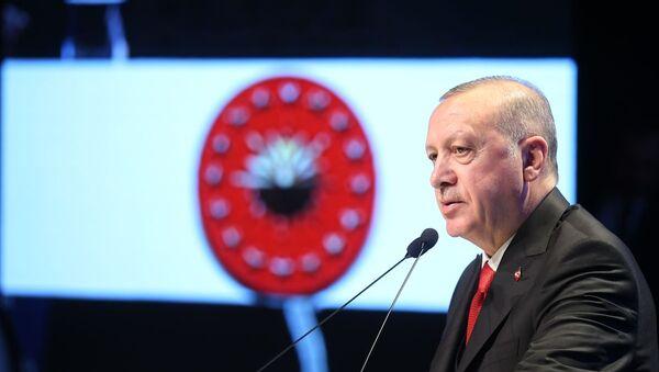 Türkiye Cumhurbaşkanı Recep Tayyip Erdoğan, Haliç Kongre Merkezi'nde düzenlenen 2019 Necip Fazıl Ödülleri Töreni'ne katıldı. - Sputnik Türkiye