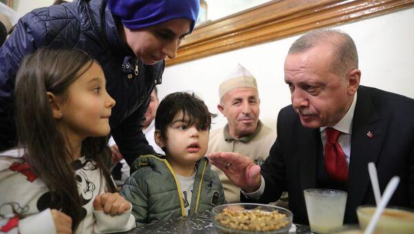 Türkiye Cumhurbaşkanı Recep Tayyip Erdoğan, İstanbul'da Vefa Bozacısı'na uğradı, burada vatandaşlarla bir araya geldi. - Sputnik Türkiye