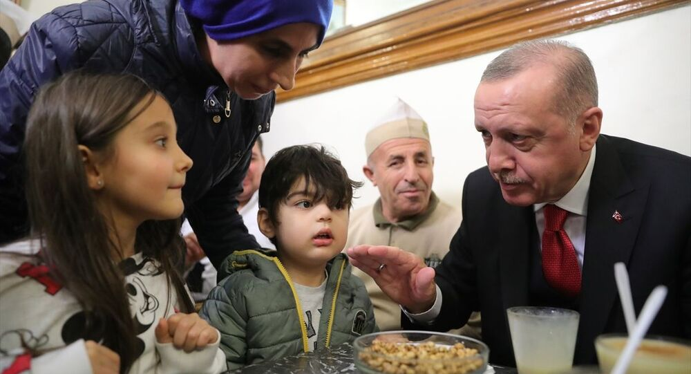 Türkiye Cumhurbaşkanı Recep Tayyip Erdoğan, İstanbul'da Vefa Bozacısı'na uğradı, burada vatandaşlarla bir araya geldi.