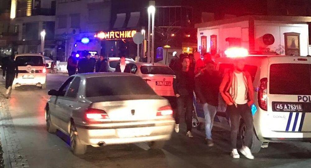 Manisa'nın Turgutlu ilçesinde, Fenerbahçe ve Beşiktaş taraftarları arasında çıkan kavgada 3 kişi yaralandı.