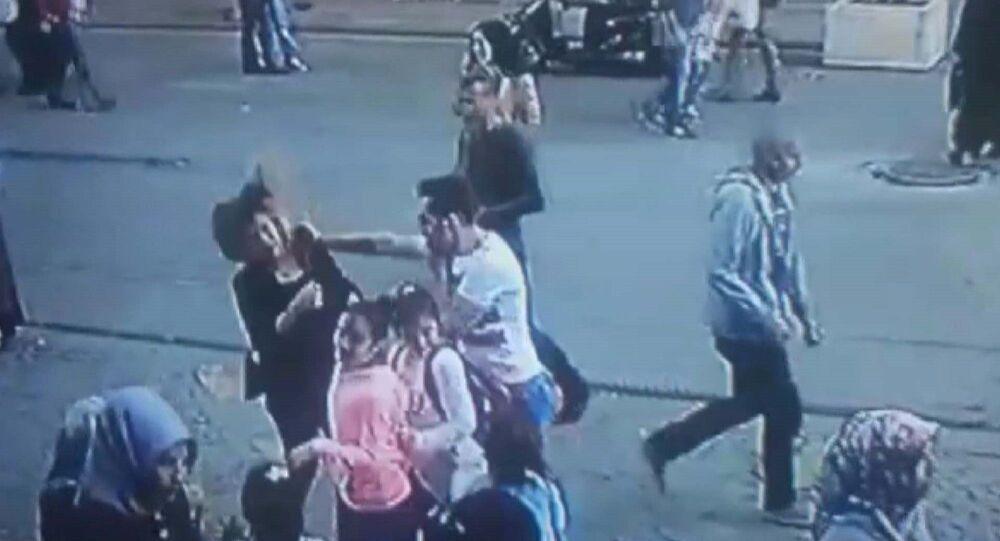 Ümraniye'de yanındaki kadının saçını çekip tokat atan kişiye, yoldan geçen bir kişi müdahale etti.