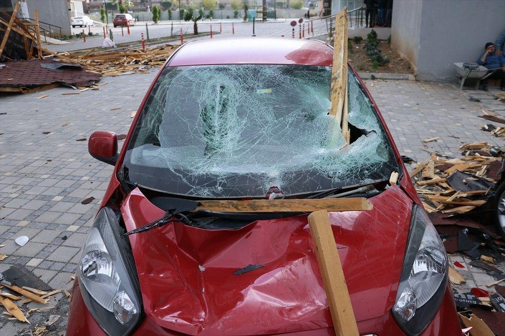 Modern Evler Mahallesi'nde bir sitenin içerisindeki binanın çatısı, şiddetli fırtına nedeniyle koparak otomobillerin üzerine düştü.