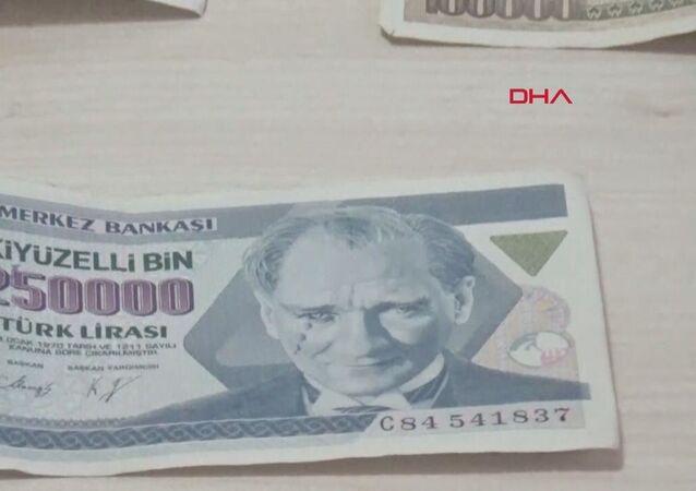 Konya'nın Beyşehir ilçesinde Mehmet Ali Demirci, şu an tedavülde olmayan 250 bin TL'lik paranın üzerindeki Atatürk resminin yüzünde damla gibi yansıyan basım hatalı banknotu 17 yıldır saklıyor. 250 bin TL istiyor.