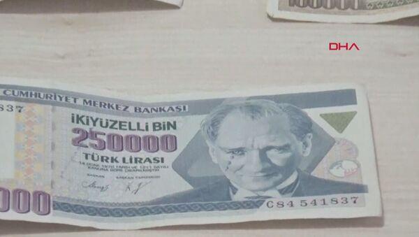 Konya'nın Beyşehir ilçesinde Mehmet Ali Demirci, şu an tedavülde olmayan 250 bin TL'lik paranın üzerindeki Atatürk resminin yüzünde damla gibi yansıyan basım hatalı banknotu 17 yıldır saklıyor. 250 bin TL istiyor. - Sputnik Türkiye