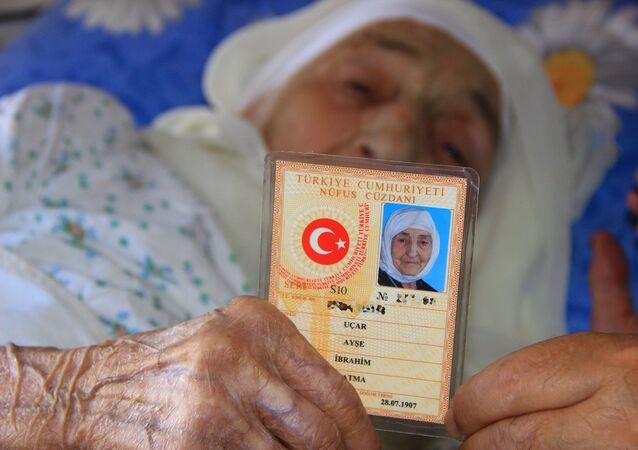 Nüfus kayıtlarına doğum tarihi 1907 olarak geçen ve Türkiye'nin en yaşlı insanı olarak gösterilen Muğlalı 113 yaşındaki Ayşe Uçar