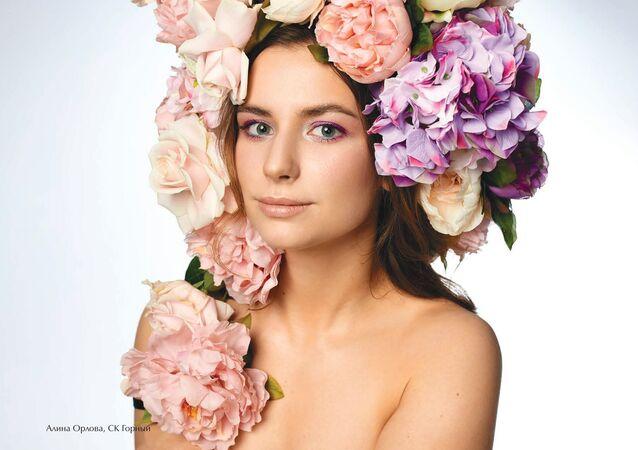 Rus kadın hokey yıldızları 2020 takvimi için çiçeklere büründü