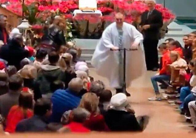İrlanda'da bir rahip kiliseyi 'scooter'ıyla terk etti
