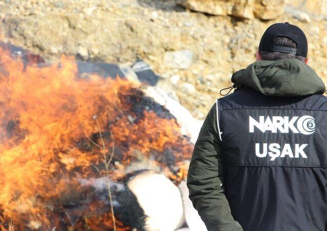 Uşak İl Emniyet Müdürlüğünce düzenlenen operasyonlarla çeşitli zamanlarda ele geçirilen uyuşturucu maddeler yakılarak imha edildi.