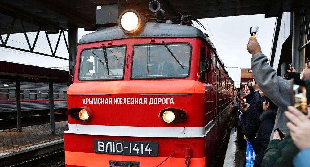 Rusya'nın başkenti Moskova'dan hareket eden ilk Tavriya treni, Kırım Köprüsü'nün bu hafta açılışı yapılan ray hattından geçerek Simferopol'e ulaştı.