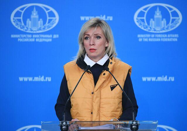 Sputnik logolu sarı yelek giyen Mariya Zakharova