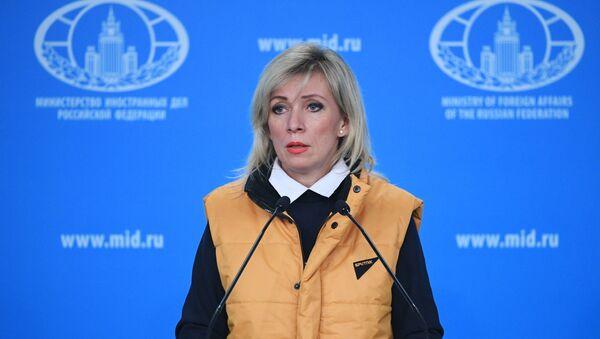 Sputnik logolu sarı yelek giyen Mariya Zakharova - Sputnik Türkiye