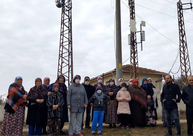 Edirne'nin Yıldırım Beyazıt Mahallesi'nde baz istasyonun yanında evleri bulunan kanser hastası vatandaşlar, sokakta bulunan 20 evin 20'sinde de en az 1 kanser hastası olduğunu öne sürerek yetkililerden yardım istedi.