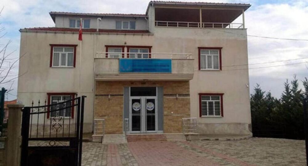 Denizli'nin Çivril ilçesinin Akpınar mahallesinde bulunan Süleymancılar tarikatına ait Kervansaray Erkek Öğrenci Yurdu'nda 12 yaşındaki bir öğrenciye belletmen Emre T. Tarafından defalarca tecavüz edildiği ortaya çıktı