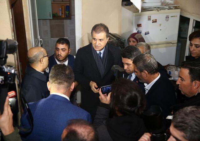 AK Parti Sözcüsü Ömer Çelik, Adana'daki sağanak ve ardından oluşan taşkınlar nedeniyle evlerinde hasar oluşan vatandaşları ziyaret etti, incelemelerde bulundu.