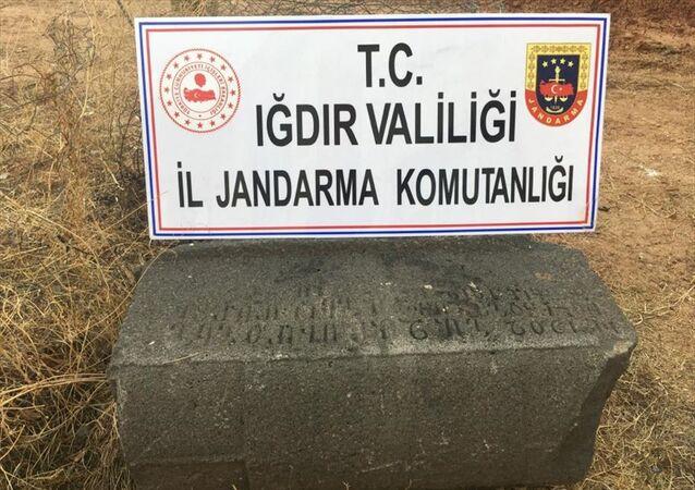 Iğdır'da, Orta Çağ dönemine ait olduğu belirlenen lahitleri satmaya çalışan 4 şüpheli gözaltına alındı