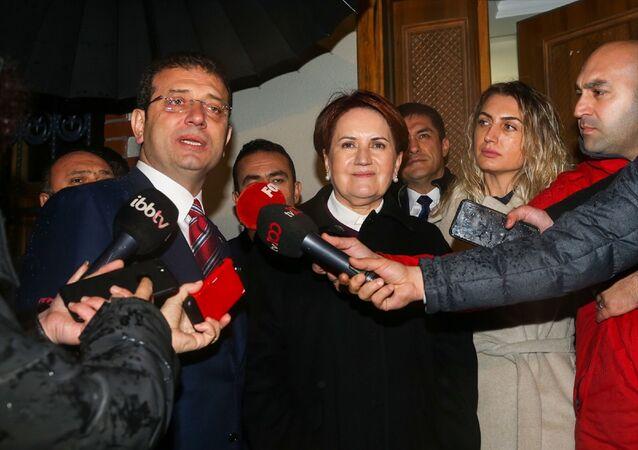İstanbul Büyükşehir Belediye Başkanı Ekrem İmamoğlu (solda), İYİ Parti Genel Başkanı Meral Akşener'e (sol2) ziyarette bulundu. Görüşme sonunda İYİ Parti Genel Başkanı Akşener ve İBB Başkanı İmamoğlu açıklama yaptı.
