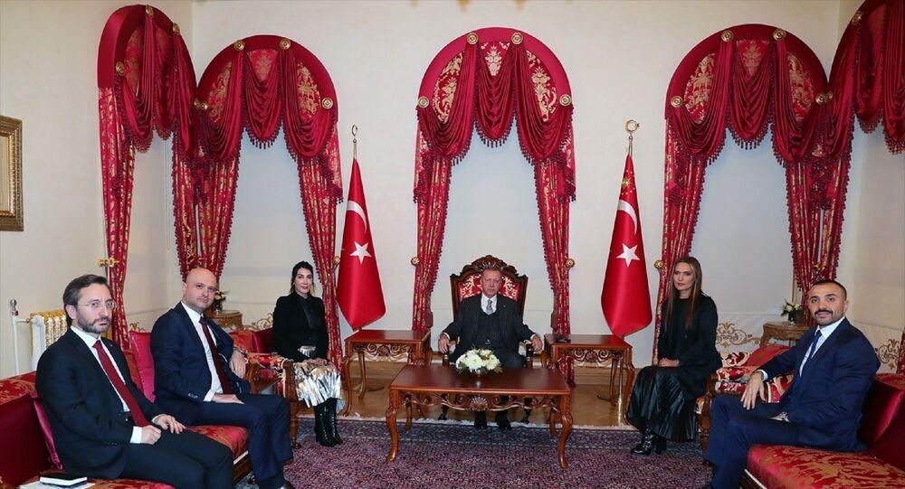 Türkiye Cumhurbaşkanı Recep Tayyip Erdoğan, sanatçılar Hande Yener ve Demet Akalın'ı kabul etti. Kabulde, İletişim Başkanı Fahrettin Altun da hazır bulundu.