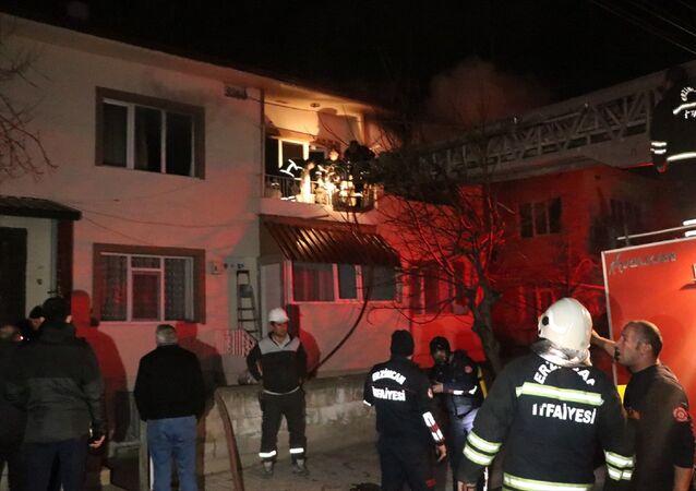 Erzincan'da, yalnız yaşadığı evi yanan ve itfaiye ekipleri tarafından kalp atımı durmuş bir şekilde bulunan 65 yaşındaki adam, 112 acil sağlık ekipleri ile hastane personelinin zamanında müdahalesi ile hayata döndü. İtfaiye ekipleri yaklaşık 2 saatlik müdahale sonrası yangını söndürdü.