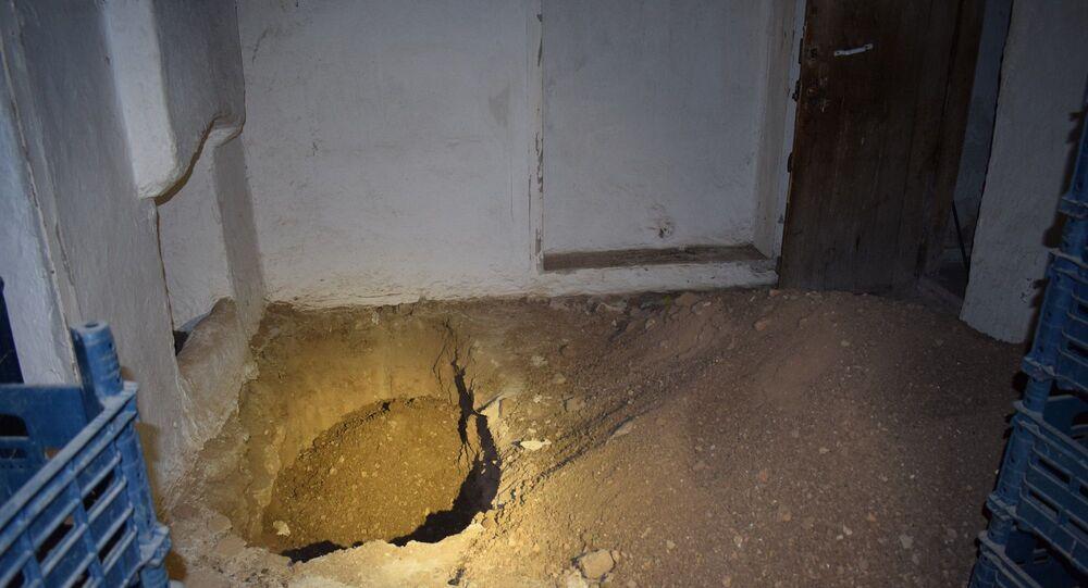 Malatya'da kiraladıkları evde kaçak kazı yaptıkları belirlenen şüpheliler fark edilince kazma ve kürekleri bırakarak kaçtı.