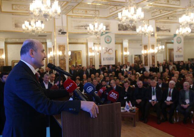 İçişleri Bakanı Süleyman Soylu, Karadeniz Vakfı 16. Olağan Kongresi'ne katıldı. Soylu, katılımcılarla fotoğraf çektirdi.