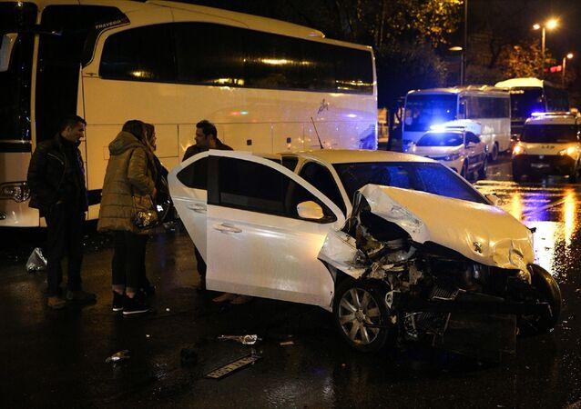 İstanbul Fatih'te iki otomobilin çarpışması sonucu 1 kişi yaralandı.