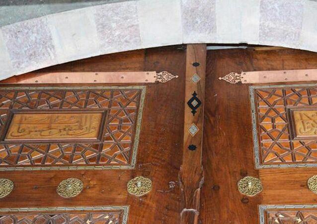 Süleymaniye Camii'ndeki restorasyon çalışmalarında kıbleye göre sol harim giriş kapısında kullanılan ayetlerin sıralamasında yanlışlık yapıldığı ortaya çıktı