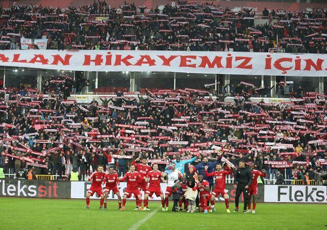 Demir Grup Sivasspor futbolcuları, Göztepe'yi 1-0 mağlup ederek sezonun ilk yarısını lider bitirmesini taraftarlarla birlikte kutladı.