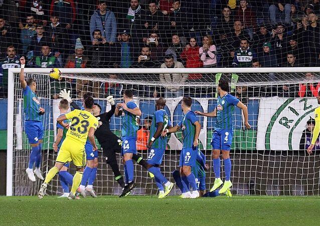 Fenerbahçeli Deniz Türüç'ün Çaykur Rizespor ağlarını havalandırdığı frikik golü