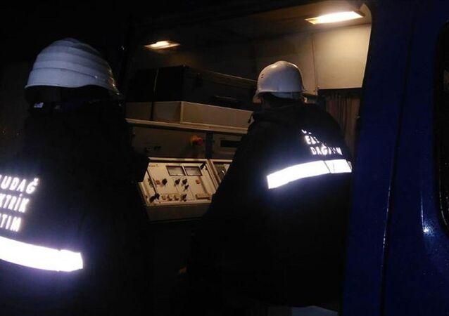 Balıkesir'e bağlı Marmara Adası'nda, denizin dibinden giden elektrik kablolarının arızalanması nedeniyle saatlerdir elektrik kesintisi yaşanıyor. Elektrik dağıtım firması tarafından jeneratör kurma çalışmalarına başlandı.