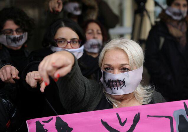 Şili'de başlayan ve dünyanın her yerinde kadına karşı şiddete dikkati çekmek için yapılan 'Las Tesis' eyleminin Tecavüzcü sizsiniz sözünü pankart olarak açan Kıbrıslı kadın aktivistler,kimliğinin saklı kalması için yüzü kapatılarak mahkemeden çıkarılan Britanyalı genceSeninle birlikteyiz, Sana inanıyoruz diye bağırdı.