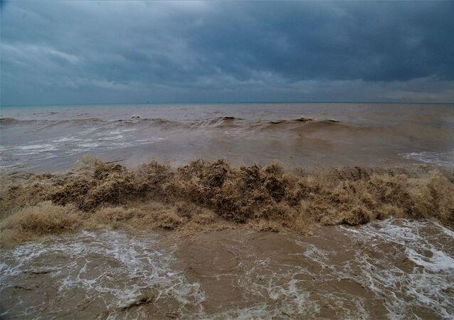 Mersin'de deniz, sağanak sonrası karışan çamur nedeniyle renk değiştirdi.
