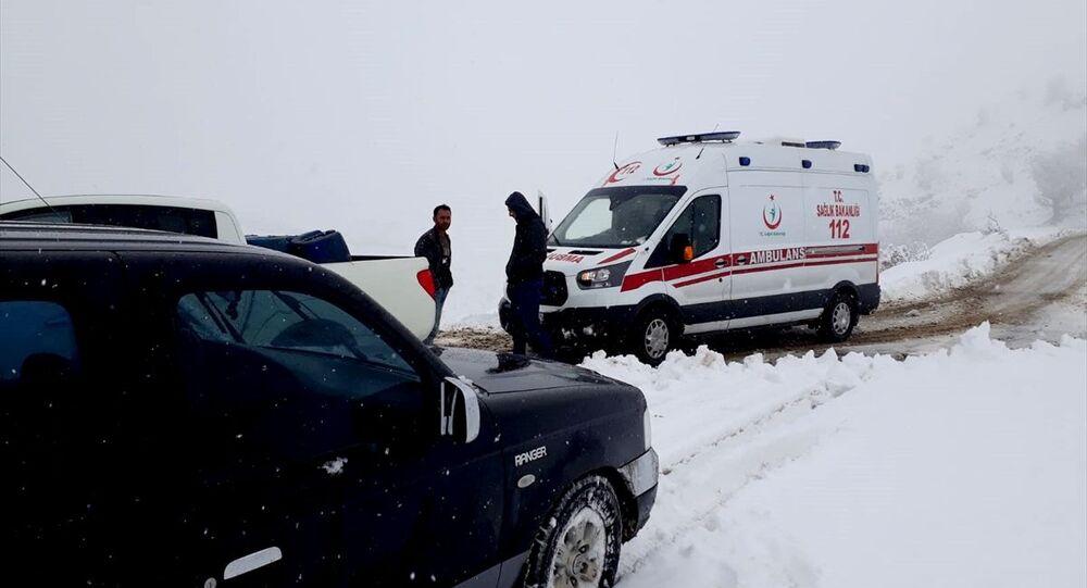 Malatya'da yoğun kar yağışı nedeniyle kırsaldaki 29 yerleşim biriminin yolu kapandı.