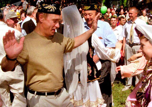 Rusya lideri Putin, Kazan'daki Sabantui festivalinde. Geleneklere göre festivale ilk kez katılan onur konuklarının da dans etmesi gerekiyor.