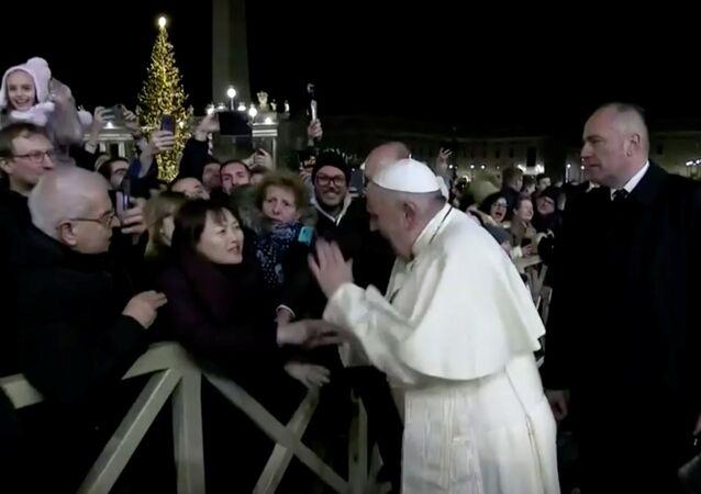 Katoliklerin dini lideri Papa Francis, Hz. İsa'nın doğum sahnesini ziyaret etmek için bulunduğu Aziz Petrus Meydanı'nda bir kadının elini sertçe çekmesi üzerine tepki gösterdi.
