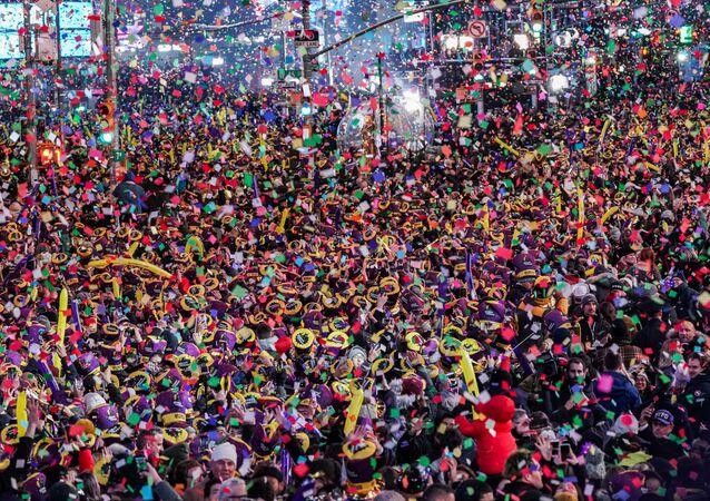Yurt dışından ve ABD'nin değişik eyaletlerinden alanı dolduran yüzbinlerce kişi, yeni yılın ilk dakikalarında binalardan bırakılan bir ton 360 kilogram konfeti yağmuru ve piroteknik gösterisi altında sevinç çığlıkları atarak yeni yıla girdi.