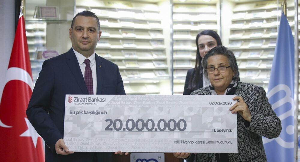 Milli Piyangonun yılbaşı özel çekilişinde çeyrek bilete isabet eden 80 milyon liralık büyük ikramiyeyi kazanan 4 talihliden 2'si ortaya çıktı. Milli Piyango İdaresinin 31 Aralık yılbaşı özel çekilişinde 80 milyon liralık büyük ikramiye, 1358490 numaralı çeyrek bilete isabet etmişti. Büyük ikramiyeye ait numaraların bulunduğu biletin sevk merkezleri İzmir, Gaziantep, Bursa ve İstanbul olarak açıklandı. Milli Piyango İdaresi İkramiye, Kontrol ve Çekilişler Daire Başkanı Ayşe Bulduk (sağda), konuyla ilgili değerlendirmelerde bulundu. Buduk, daha sonra sembolik çeki banka yetkilisine sundu.