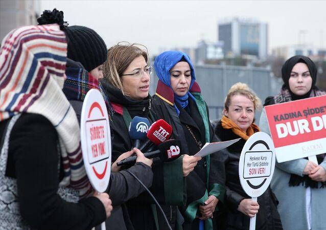 Beşiktaş'ta başörtülü kadına saldırdığı gerekçesiyle tutuklanan sanık Berrak Karaoğlu, halkı kin ve düşmanlığa alenen tahrik etme ve ''basit yaralama'' suçlarından 4 yıla kadar hapis cezası istemiyle hakkında açılan davada, hakim karşısına çıktı. KADEM'in avukatı Canan Sarı (sol 3) ve KADEM üyeleri, Beşiktaş'ta başörtülü olduğu gerekçesiyle saldırıya uğrayan kadına destek vermek amacıyla Çağlayan'da bulunan İstanbul Adliyesi'nde basın açıklaması yaptı.