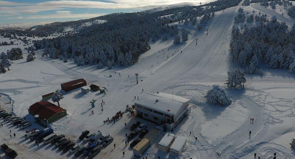 Burdur'un Yeşilova ilçesinde, beyaz kumsalı ve turkuaz suyunun güzelliğiyle popülerliği artan Salda Gölü manzaralı 2 bin 79 metre rakımlı Salda Kayak Merkezi, törenle sezonu açtı.