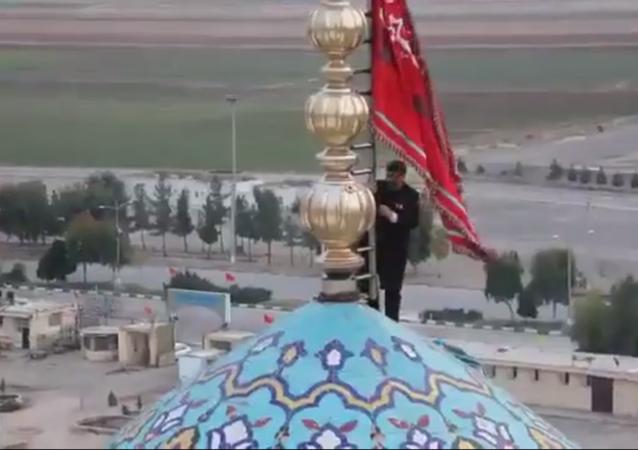 İran'da 'intikam' bayrağı göndere çekildi