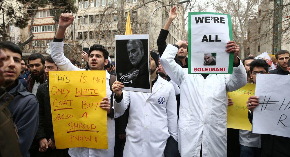 İran Devrim Muhafızları Kudüs Gücü Komutanı General Kasım Süleymani'nin öldürülmesini protesto eden İranlı nükleer bilim öğrencileri